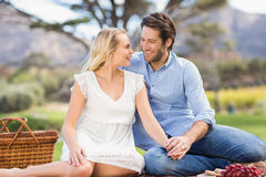 Couples mignons la date regardant l'un l'autre Images stock
