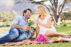Couples mignons la date tenant des verres de vin Photos libres de droits