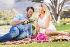 Couples mignons la date tenant des verres de vin Photos stock