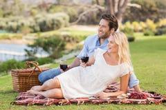 Couples mignons la date tenant des verres de vin rouge Photos stock