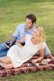Couples mignons la date tenant des verres de vin rouge Photo libre de droits