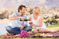 Couples mignons la date versant le vin rouge Image stock