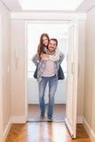 Couples mignons marchant par la porte Images stock