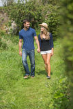 Couples mignons marchant tenant des mains Photographie stock libre de droits