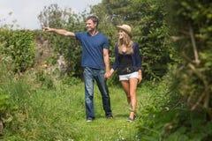Couples mignons marchant tenant des mains Images stock
