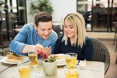 Couples mignons partageant de la nourriture Images libres de droits