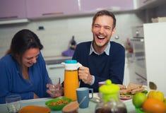 Couples mignons prenant le petit déjeuner ensemble à la maison Images libres de droits
