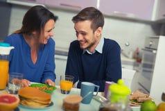 Couples mignons prenant le petit déjeuner ensemble à la maison Photographie stock libre de droits