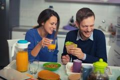 Couples mignons prenant le petit déjeuner ensemble à la maison Photographie stock