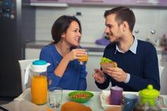 Couples mignons prenant le petit déjeuner ensemble à la maison Image libre de droits