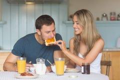 Couples mignons prenant le petit déjeuner ensemble Photographie stock