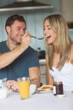 Couples mignons prenant le petit déjeuner ensemble Image libre de droits