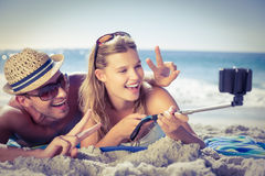 Couples mignons prenant un selfie photos libres de droits