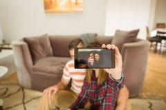 Couples mignons prenant un selfie Image stock