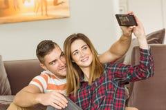 Couples mignons prenant un selfie Images libres de droits