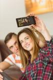 Couples mignons prenant un selfie Photos stock