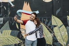 Couples mignons prenant un selfie dehors Photo libre de droits