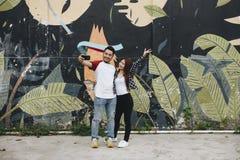 Couples mignons prenant un selfie dehors Images stock