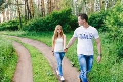 Couples mignons quittant une forêt image libre de droits