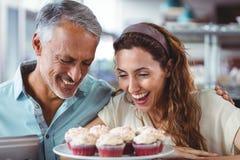 Couples mignons regardant des gâteaux Images libres de droits
