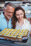 Couples mignons regardant des pâtisseries Photo stock