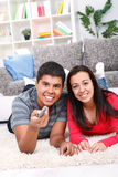Couples mignons regardant la TV Photos libres de droits