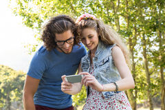 Couples mignons regardant leur selfie Photographie stock