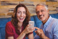 couples mignons regardant leurs téléphones Photographie stock libre de droits