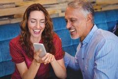 couples mignons regardant leurs téléphones Images stock