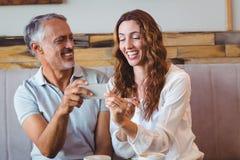 couples mignons regardant leurs téléphones Photos libres de droits