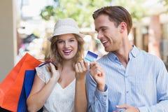 Couples mignons remettant une carte de crédit Photographie stock