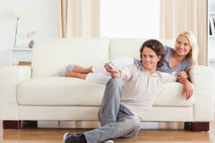 Couples mignons riants regardant la TV Image libre de droits