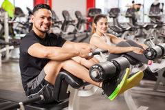 Couples mignons s'exerçant ensemble dans un gymnase Photo stock