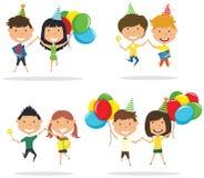 Couples mignons sautants portant les boîte-cadeau et le Br enveloppés colorés Images stock