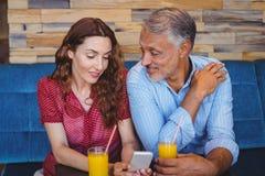 Couples mignons se reposant en café Image stock
