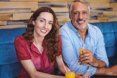 Couples mignons se reposant en café Photographie stock