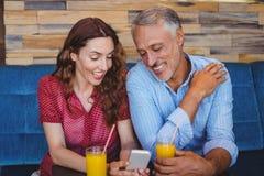 Couples mignons se reposant en café Photo stock