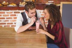 Couples mignons se reposant en café Images libres de droits
