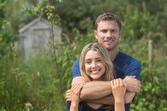 Couples mignons souriant à l'appareil-photo Image stock