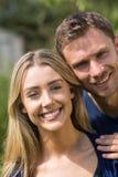 Couples mignons souriant à l'appareil-photo Images libres de droits