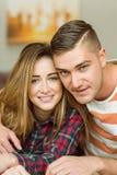 Couples mignons souriant à l'appareil-photo Photo libre de droits
