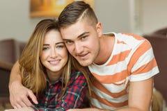 Couples mignons souriant à l'appareil-photo Images stock