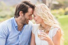 Couples mignons sur donner de date tête à tête Images libres de droits