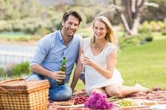 Couples mignons sur le vin de versement de date dans un verre Image libre de droits