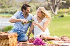 Couples mignons sur le vin de versement de date dans un verre Photo libre de droits