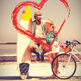 Couples mignons sur un tour de vélo Images libres de droits