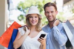 Couples mignons tenant des paniers Images stock