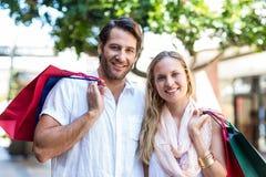 Couples mignons tenant des paniers Image libre de droits