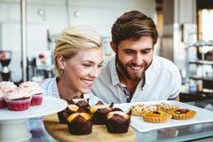 Couples mignons une date regardant des gâteaux Image stock