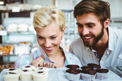 Couples mignons une date regardant des gâteaux Photo libre de droits
